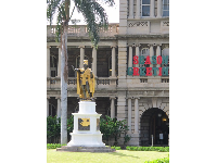 The gold-leaf Kamehameha statue with Ali'iolani Hale behind.