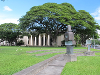 Hawaii State Library, and statue in front.