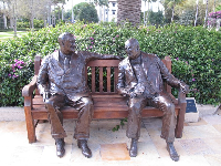 Sculpture of Winston Churchill and Franklin Roosevelt on bench.