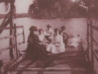 Visitors arriving by ferry to Hontoon Island around 1900.