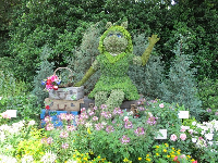 Miss Piggy topiary.