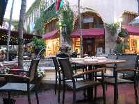 The fountain area, where restaurants come and go.
